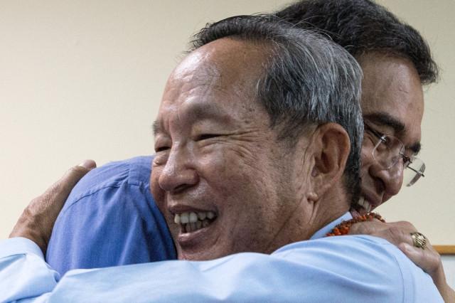 Les Chang hugs Mufi Hannemann