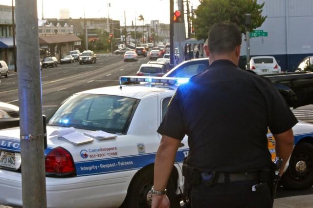 Honolulu police officer on Waialae.