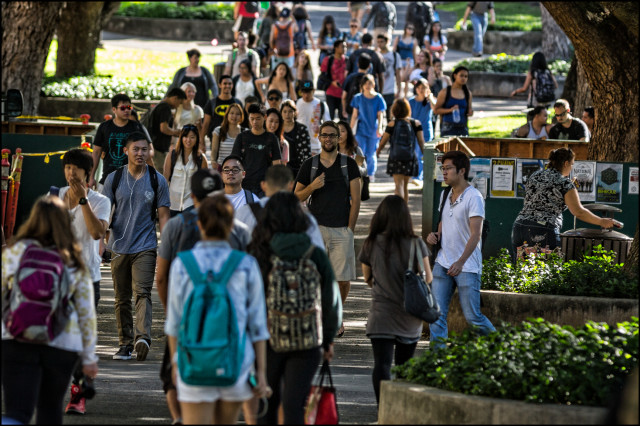 Students walk on UH Manoa campus February 2, 2014.