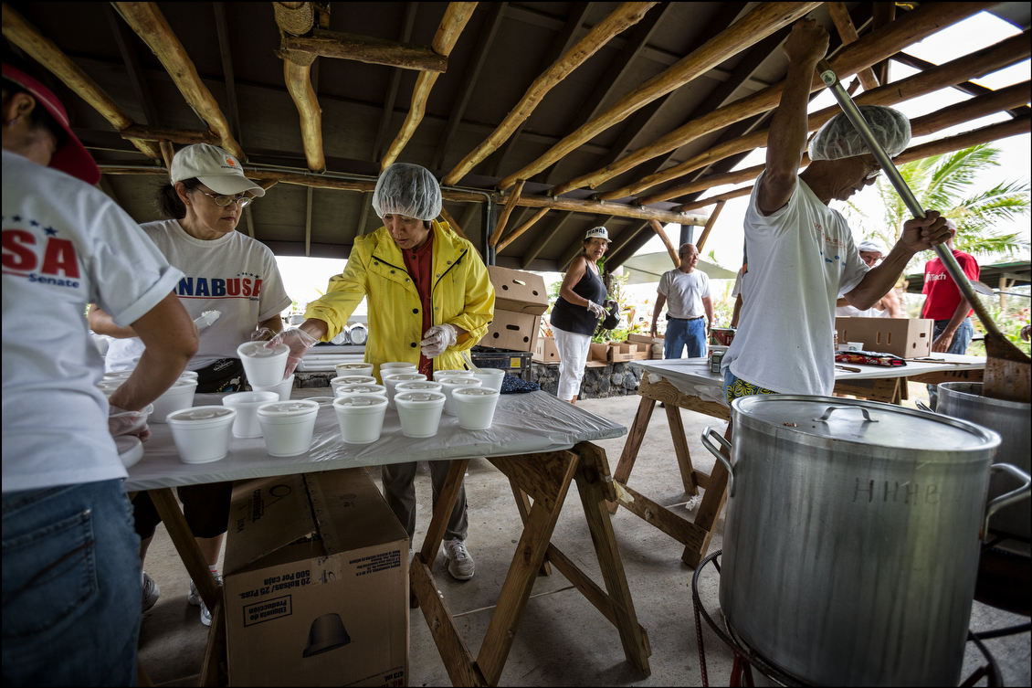 Hanabusa and her supporters took part in preparing food on Aug. 12 at the Makuu Farmers Market just north of the town of Pahoa. They gave away chili, water and bananas to people struggling to get by. The representative was present every afternoon through Election Day.