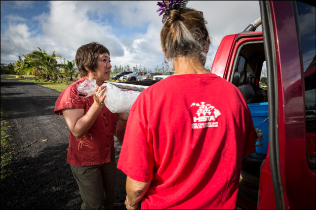 Rep. Colleen Hanabusadelipackage up chili at the Makuu Farmers Market near Paradise Park in Puna on August 12, 2014