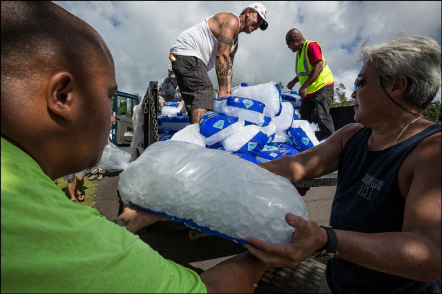 Volunteers unload newly delivered ice at the Nanawale Community Center in Puna on August 13, 2014