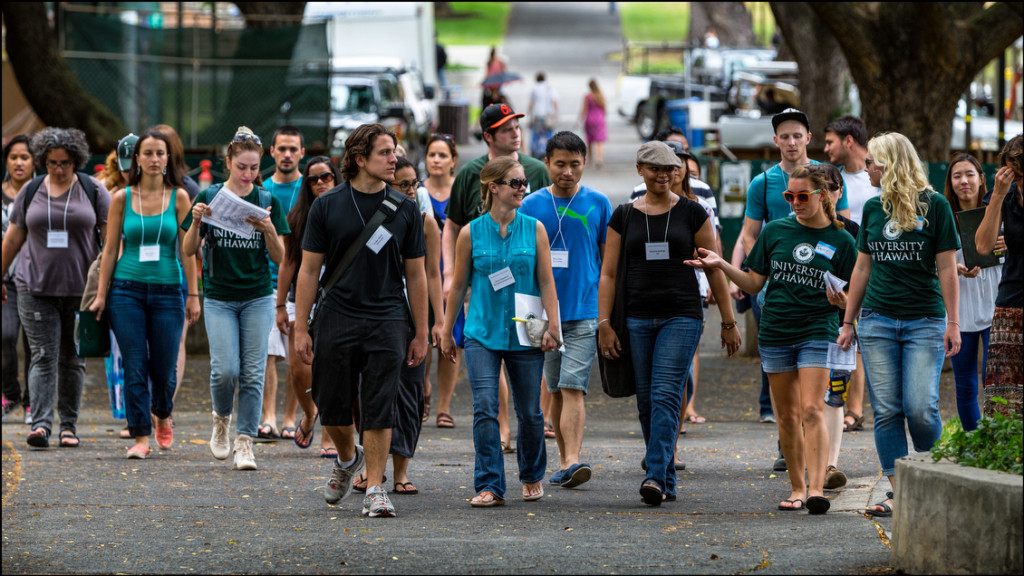 New UH Manoa students on walking tour of campus August 21, 2014