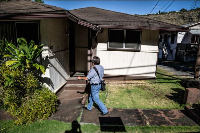 Civil Beat reporter Chad Blair walks up to Speaker Emeritus Calvin Say's Palolo house on September 17, 2014
