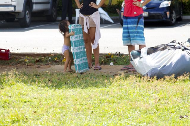 Kakaako homeless raid, child with mattress