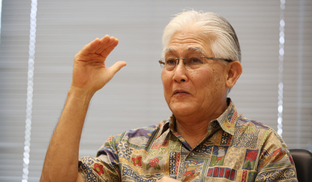 President and Chief Executive Officer of Hawaiian Electric Alan Oshima speaks to editorial board.  16 dec 2014. photograph Cory Lum