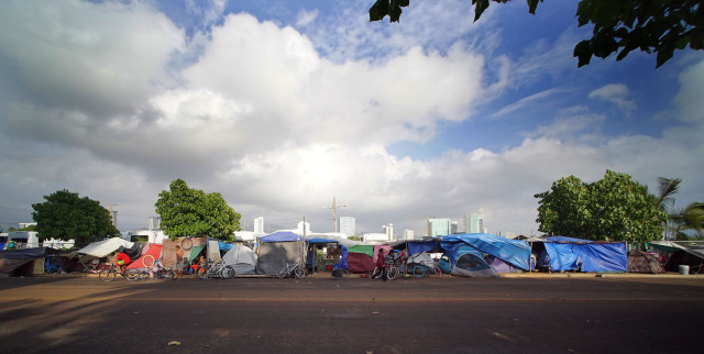 Tents line the sidewalks at Ohe Street near Waterfront Park in Kakaako. 30dec2014 . photograph Cory Lum/Civil Beat
