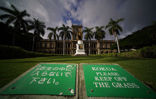 Supreme Court Building with King Kamehameha Statue and signs 'Keep off Grass'.  2 jan 2015. photograph Cory Lum/Civil Beat