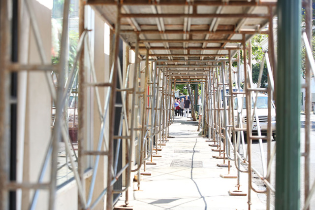 Scaffolding along Maunakea Street near the intersection of Pauahi Street. 12 jan 2015. photograph Cory Lum/Civil Beat