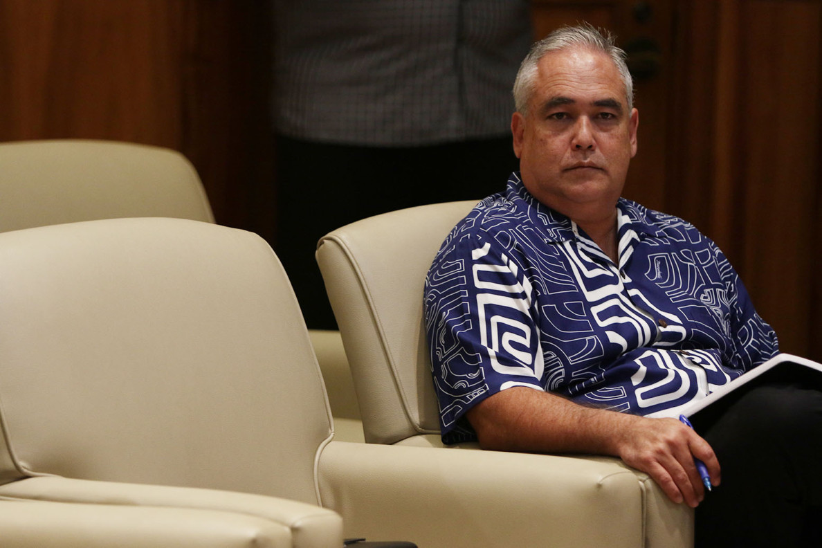 Chief of Staff Mike McCartney listens as his boss, Gov. David Ige, speaks to the media Thursday.