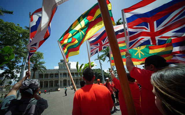 Mauna Kea Demonstrators head to the Governor's office. 21 april 2015. photograph Cory Lum/Civil Beat