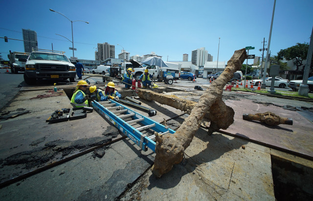 Hawaii Gas workers unearth and replace gas pipes along South Beretania Street before the repaving.  31 march 2015. photograph Cory Lum