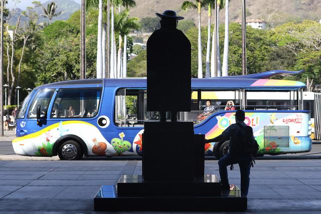 Tour bus stops at the Capitol. 27 april 2015. photograph Cory Lum/Civil Beat