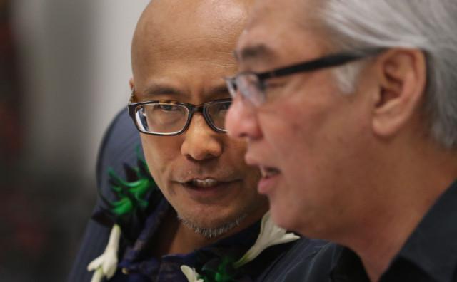 Sen Will Espero speaks to Sen Les Ihara before hearing on marijuana dispensary meeting on 4 may 2015. photograph by Cory Lum/Civil Beat