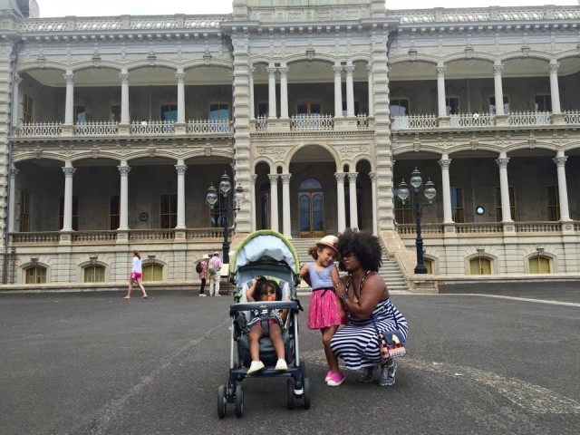 Cora Spearman and her daughter in front of Iolani Palace