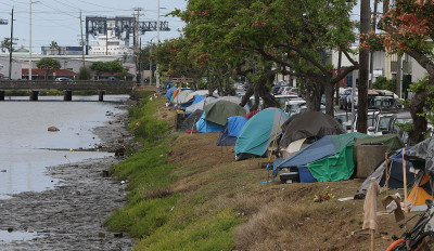 Low tide along the bmuddy banks of the Kapalama Canal near tents. 4 june 2015. photograph Cory Lum/Civil Beat