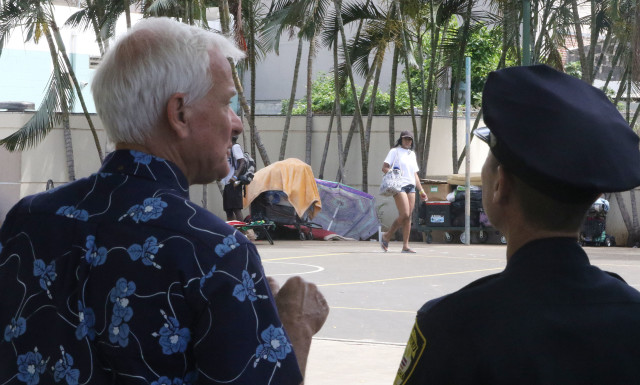 Mayor Kirk Caldwell speaks to HPD officers at park at Smith/Pauahi street with houseless/ homeless located in downtown Chinatown.