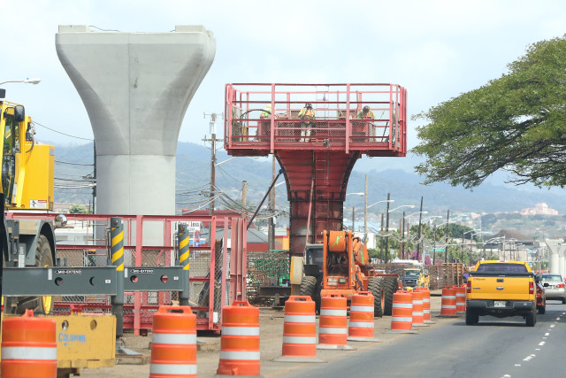 HART Rail supports along Kamehameha Hwy as Kiewit workers assemble concrete forms for rail guideway supports. 14 april 2016.