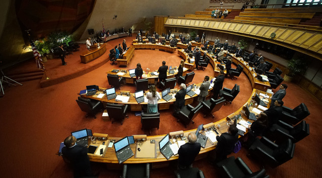 House rises during prayer at beginning of floor session. 12 april 2016.