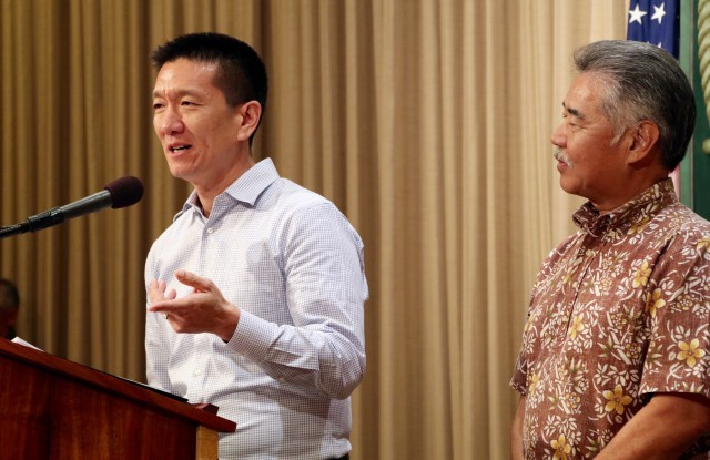 Attorney General Doug Chin, left, discusses funding for the Department of Hawaiian Home Lands as Gov. David Ige listens, April 4, 2016.