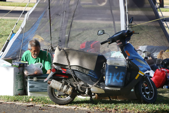 Byce 'Ike' Ikeda prepares chicken soup from scratch for a young child in the camp who was under the weather. 'Ike' said he can pack up all his stuff very quick to relocate. Kakaako Gateway Park. 15 april 2016.