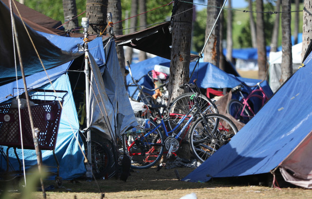 Kakaako Gateway Park with tents and bicycles. 15 april 2016.