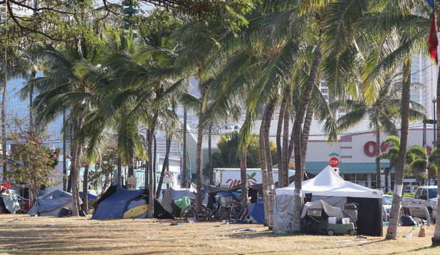 Kakaako Makai Gateway Park with tents and bicycles. 15 april 2016.