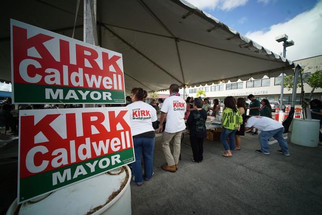 Mayor Kirk Caldwell signs at the Mayors' campaign headquarters kickoff. 16 april 2016.