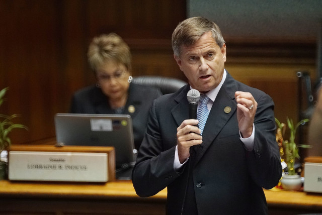 Sen Gil Reviere speaks on the floor during HB2501. 12 april 2016
