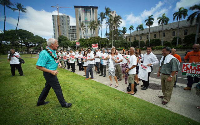 Mayor Kirk Caldwell supporters gather fronting Honolulu Hale. 4 may 2016.