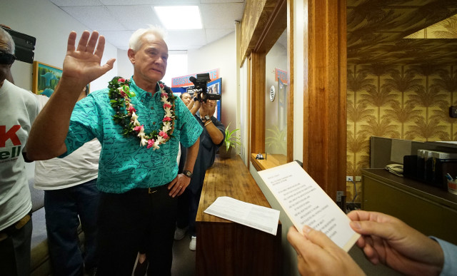 Mayor Kirk Caldwell raises right hand and takes an oath from the City Clerk at Honolulu Hale. 4 may 2016.