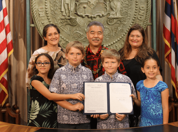 Cool keiki: The governor and happy students and teachers.