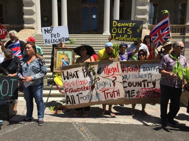 Opponents of the U.S. Department of Interior's rules on Native Hawaiian self-governance expressed their views at Iolani Palace Friday.