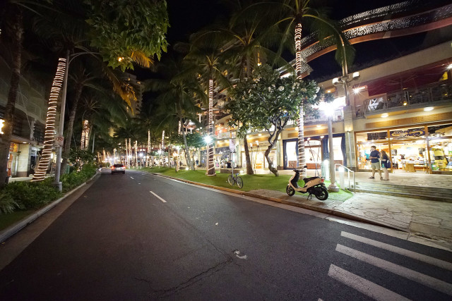 Lewers Street Waikiki where Yardhouse is located. I can't find the name of this strip mall on google. 26 sept 2016