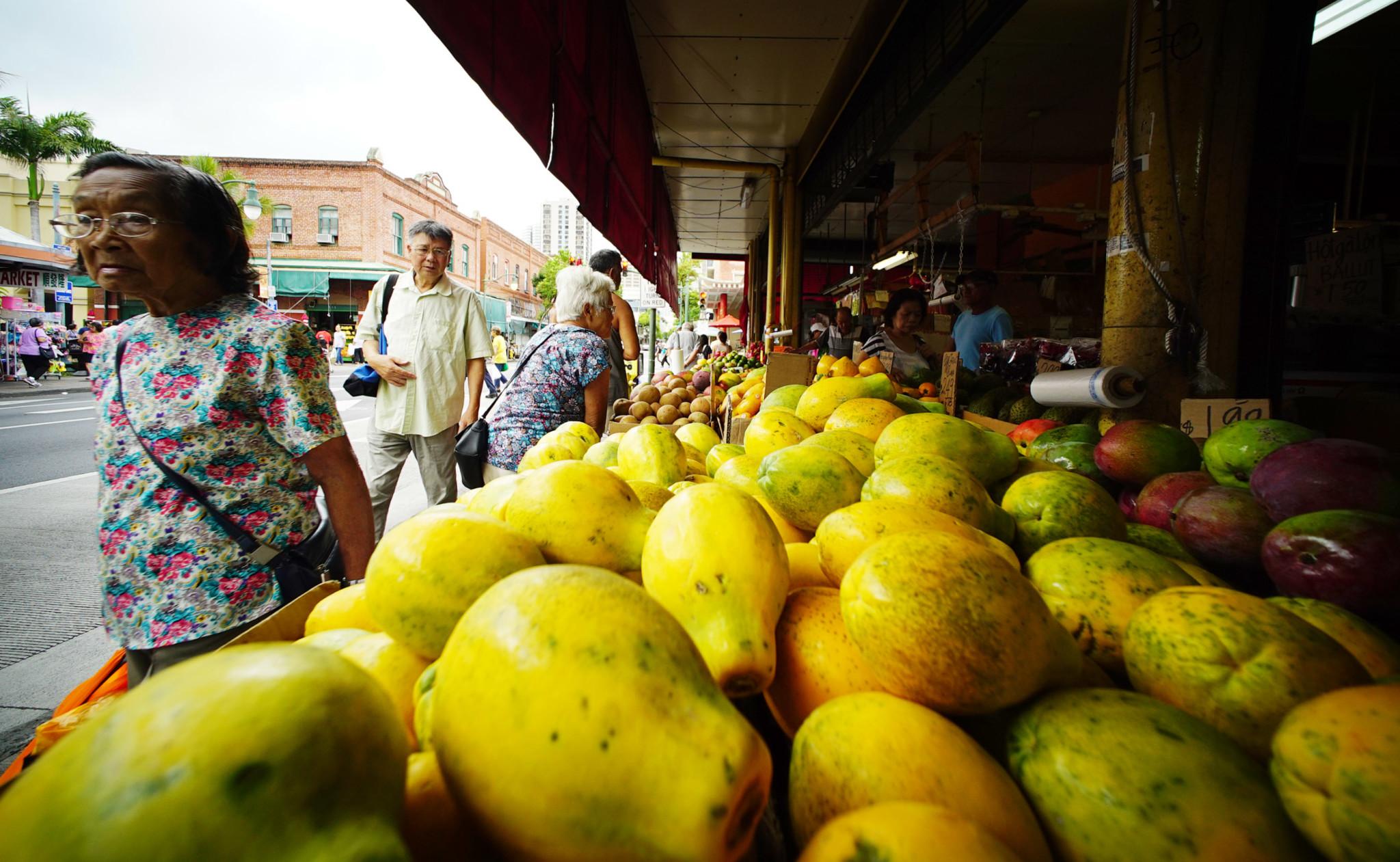 Oahu Market Chinatown papaya along King Street. 23 july 2016
