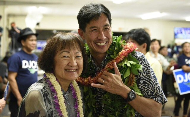 Charles Djou speaks wiith Ann Kobayashi at the Pearl Country Club in Pearl City, HI, on Tuesday, November 8, 2016.(Civil Beat photo by Ronen Zilberman)