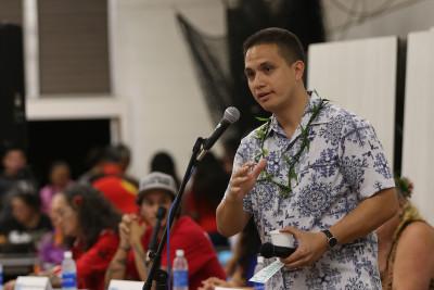 Moderator Ikaika Hussey at Hawaiian forum Farrington HS. 10 nov 2016