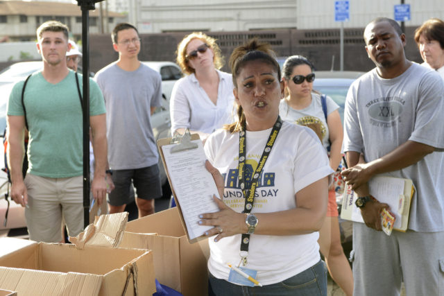 Rayna Brown speaking to State of Hawaii survey volunteers as thay gather together at the Old Stadium Park in Honolulu in order to collect information about the homeless population in Honolulu on Monday, January 23, 2017. (Civil Beat photo Ronen Zilberman)