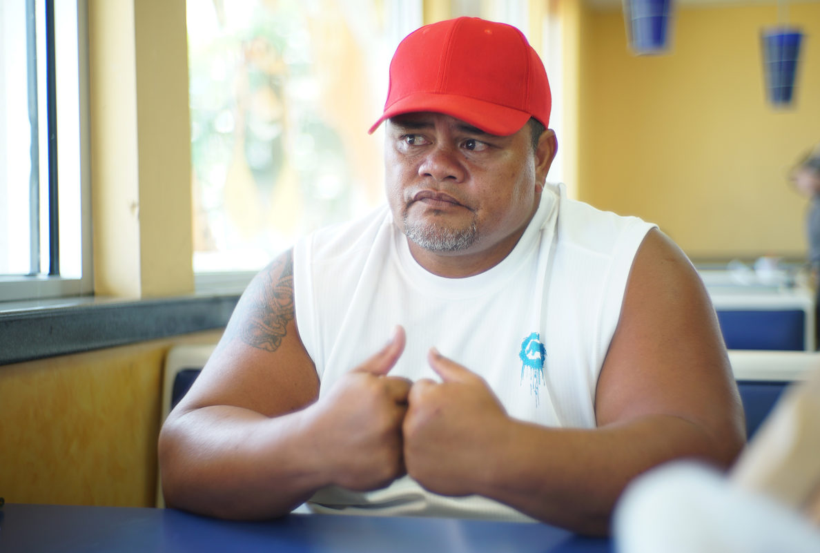 Kolen Kauwalu shares about the pain he is suffering in his left knee.